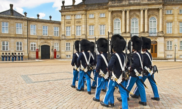 royal-guard-amalienborg-copenhagen