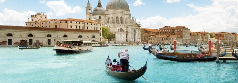 venice_grand_canal_with_gondolas_desktop_0